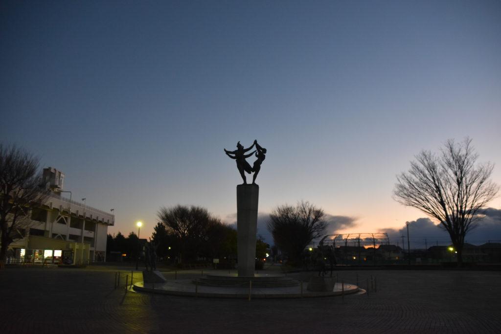 日暮れの広場