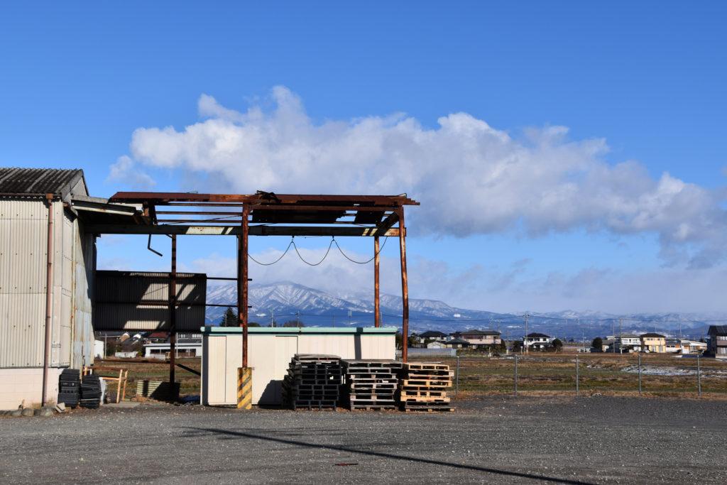 倉庫越しの赤城山